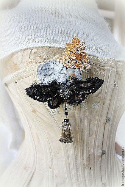 Объемная черная бабочка на букетике цветов от Irena Gasha. Броши ручной работы. Ярмарка Мастеров - ручная работа Брошь В13032. Handmade.