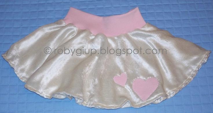 Gonna da bimba in morbidissimo velluto di viscosa panna con fascia elastica rosa in vita e applicazioni a forma di cuore nello stesso rosa