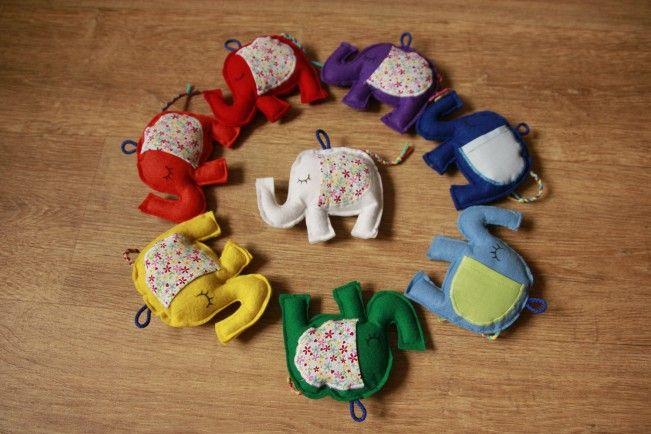 Levanduloví sloníci s oušky na dárečky Filcový sloníci plnění ovčím rounem v barvách  duhy. Přední nožku mají plněnou levandulí, ouška jsou kapsičky.