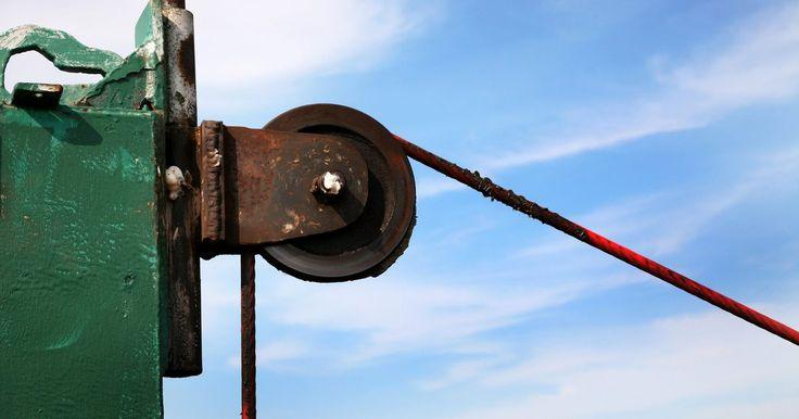 """Cómo instalar un sistema de poleas. Si tienes que levantar peso pesado y no tienes ayuda, necesitas un sistema de poleas. Éste brinda lo que se llama """"ventaja mecánica"""", es decir, que puedes levantar cosas pesadas más fácilmente. Las poleas de estos sistemas se instalan de una forma especial, que transforma el peso pesado de la soga, en un simple tirón."""
