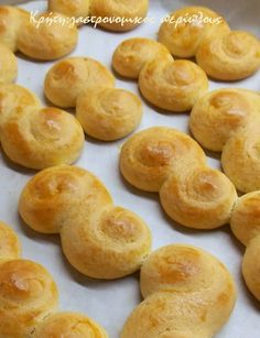Στην Κρήτη τα λέμε τσουρεκάκια αμμωνίας   Το έχω ξαναγράψει ότι στα μέρη μας οι ονομασίες είναι ανάποδες: τσουρεκάκια λέμε τα κουλουράκια του Πάσχα και αυγοκούλουρα ή ψωμιά πασχαλινά λέ…