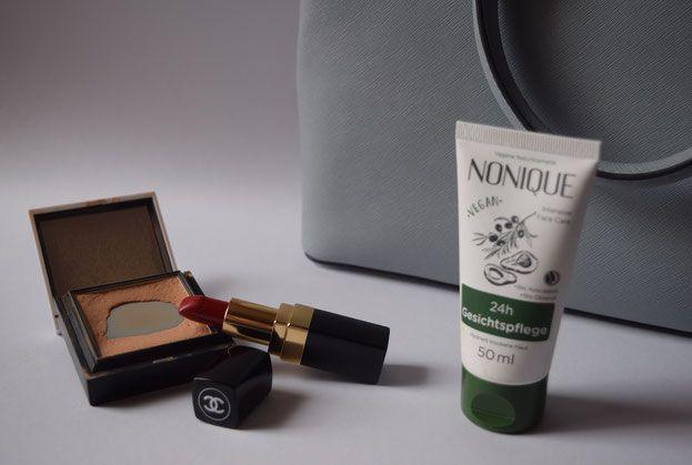 Handtasche - Essentials - Puder - Lippenstift - Gesichtspflege
