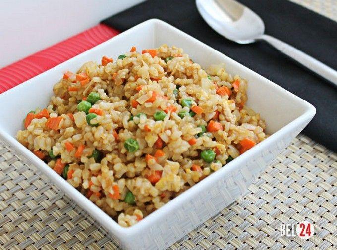 Китайский жареный рис с яйцом.                                                                          Ингредиенты: Рис «Басмати» – 1,5 стакана Горох зеленый замороженный – 130 гр Яйцо – 3 шт Масло растительное – 3 ст.л. Чеснок – 1-2 зубчика Лук зеленый – 3 пера Соус соевый – 1 ст.л. Соль – по вкусу Пе