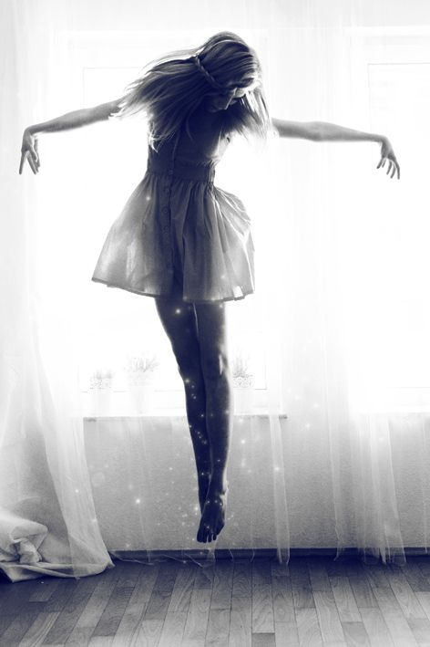 Vola ragazza vola. col pensiero, con l'immagine, col sogno, con la sensazione. Ali fatti di cera, di farfalla, di segni, di sogni...