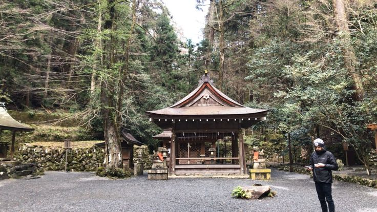 Kifune shrine is found in Karuma, legend has that a goddess sailed from Osaka up stream into the mountain, a boat stone lies apparently where the yellow vessel is buried.