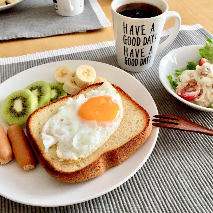 おはようございます☺️ 今日の朝ごはん。 ラピュタパン、ボイルウィンナー、キウイ、バナナ、レタス、新玉ねぎの塩レモンツナサラダ、コーヒー。 食パンはいつも前日にホームベーカリーで焼いてるのですが、塩をすこーし入れすぎてしょっぱい気がしたので、何も味付けしてない目玉焼きをのせてごまかしました(笑)塩気がちょうどよくなっていい感じ 朝ごはんも毎日アップしたいけど写真撮り忘れたり撮る時間なかったりでなかなか難しい。あと文章書くの遅すぎ!サラサラ〜っと書けちゃう人羨ましい。 たくさん投稿できるように頑張ろう(笑)