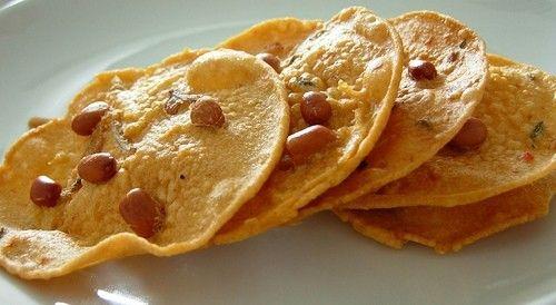 Gli antipasti in Indonesia sono croccanti con le sfogliatine di arachidi (rempeyek kacang)