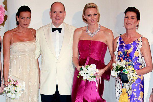 Begleitet werden Charlène und Albert von Prinzessin Stéphanie (L) und Prinzessin Caroline.
