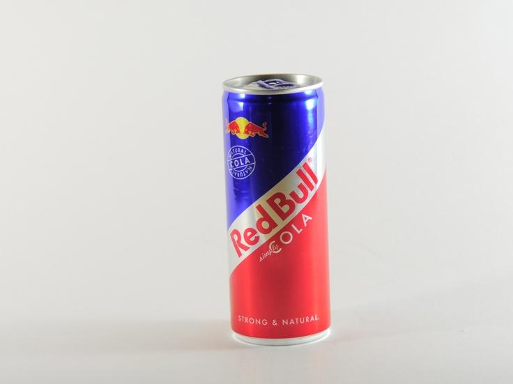 """Red Bull ist unbestritten das Urgestein unter den Energy Drinks. Bereits 1984 wurde die Firma Red Bull in Österreich gegründet. Heute werden jährlich circa 4,6 Milliarden Dosen des Drinks getrunken. Mit """"Red Bull Cola"""" ist die Firma seit einiger Zeit auch in den Cola-Markt eingestiegen. Dabei setzt der Hersteller auf die Verwendung einzig natürlicher Inhaltsstoffe, """"Red Bull Cola"""" ist die einzige Cola, die Kokablatt-Extrakt und Kolanuss verwendet. #redbull #cola #energydrink #drinks #energy…"""