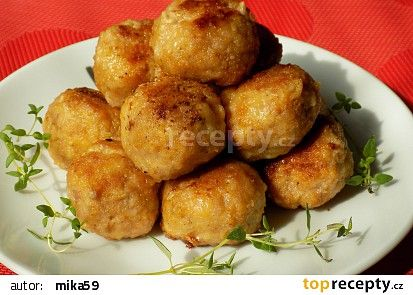 Mleté kuličky se dvěma druhy sýru pečené v troubě recept - TopRecepty.cz