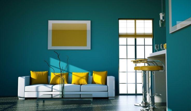 canapé droit en blanc neige, peinture murale bleu ciel et coussins décoratifs en jaune soleil