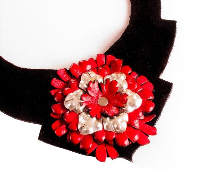 CUPLA JOYAS-CUERO Y PLATA: collar flor crisantemo cuero*plata