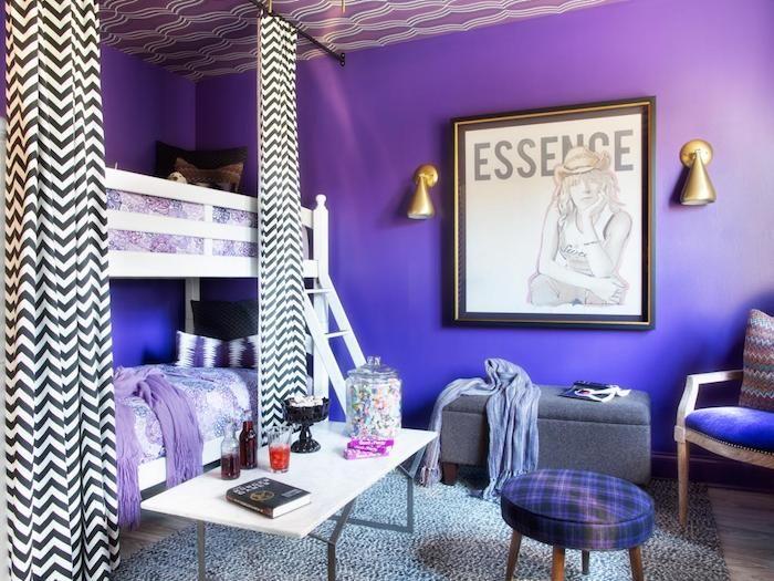 Zimmer Ideen Dunkel Lila Verfließend In Blau Gestaltungsidee Grelle Farben  Weiße Dekorationen Auf Der Krassen Wand