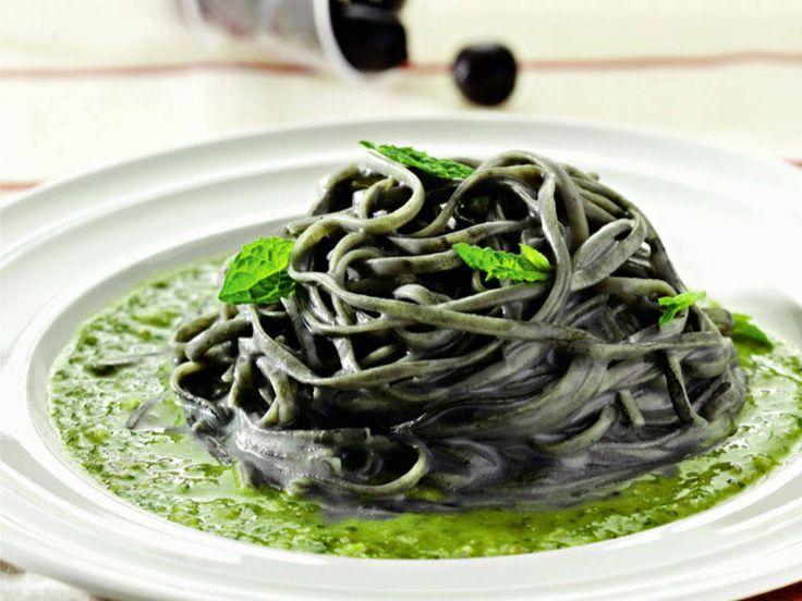 Tagliolini alle olive con caprino mantecato e pesto leggero di menta e maggiorana
