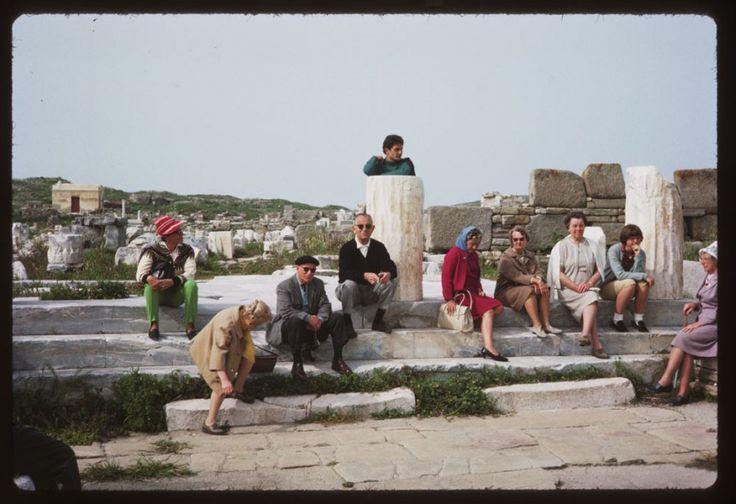 Τουρίστες φωτογραφίζονται στη Δήλο. ©Charles W. Cushman