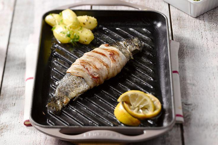 Deze forel vul je met kruidenboter, wikkel je dan in pancetta, en bak je af op de grill of barbecue. Lekker met gekookte aardappelen en tuinkers.