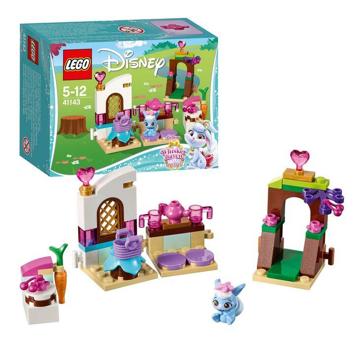 Vrolijk aan het werk in de keuken in het bos met het konijntje Berry uit Disneyæs Sneeuwwitje. Berry is dol op taartjes bakken en een feestje houden voor haar vrienden! Ze kan door het mooie boomhek de tuin binnen stappen om vruchten te plukken voor op haar taart, en dan de tafel dekken voor het raam. Als de warme thee op tafel staat kan het feest beginnen! Afmeting: verpakking 12 x 9 x 4,5 cm - LEGO Disney Prinses 41143 Berry's Keuken