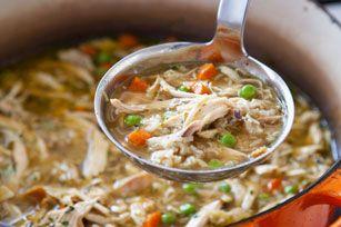 Vous cherchez une recette vite faite de soupe au poulet? Essayez celle-ci: grâce à du poulet rôti et à un bouillon de qualité, vous pourrez préparer une délicieuse soupe réconfortante toute simple.