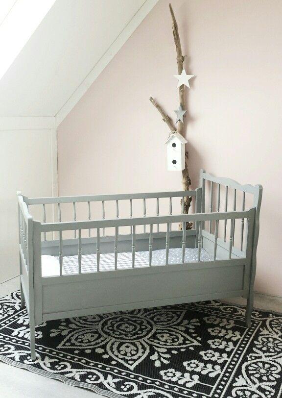 Lieve brocante babywieg,grijs ledikantje.♡ Baby & Kinderkamers ♡ Www.huisvolliefde.nl