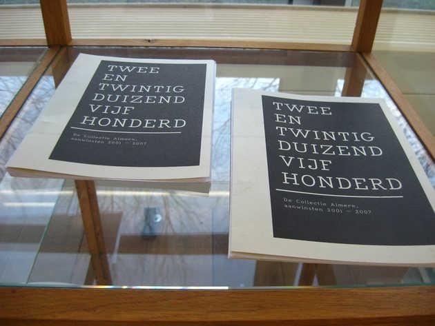 Ian Brown, huisstijl tentoonstelling Tweeëntwintigduizendvijfhonderd (2007). © Museum De Paviljoens