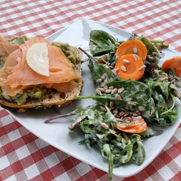 Lachsbrötchen mit Avocadocreme