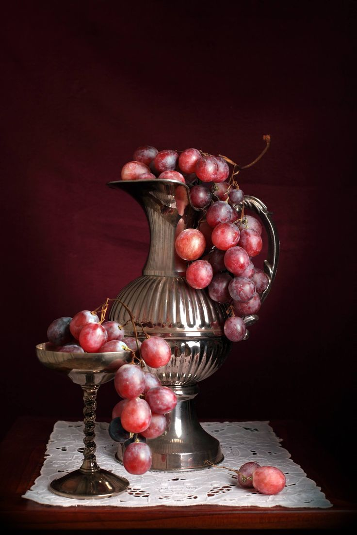 Hyperrealistic still life on jug and red grapes, made by the use of chiaroscuro techniques