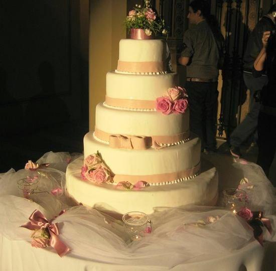 torta nuziale a piani rosa e biance Catering Modena (MO) - Riso e Risa s.a.s. di Raffaella Reggiani