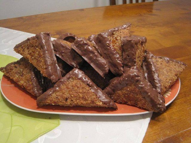 Ez egy német sütemény recept, egyszerű és gyorsan elkészíthető! Családi összejövetelekre remek választás, mert mutatós és nagyon ínycsiklandó! Nálunk hatalmas kedvenc! Hozzávalók Tészta 300 g finomliszt 1 kávéskanál sütőpor 130 g cukor 1 csomag vaníliás cukor 2 db tojás 130 g vaj Kenés 200 g sárgabaracklekvár Töltelék 150 g cukor 1 csomag vaníliás cukor 150 …