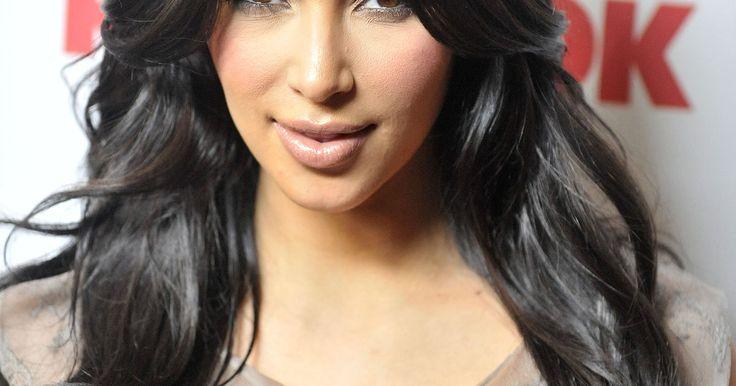 Cómo hacerte el peinado como el que utiliza Kim Kardashian. Kim Kardashian es un fenómeno en el mundo de la moda hoy en día. Ella y sus hermanas notablemente famosas tienen unas cuantas boutiques lucrativas y reality shows en los que se la puede ver. Kardashian llama la atención con su trasero, pero su pelo también se roba la mirada de la gente. Aunque Kardashian cambia su peinado muy a menudo, es conocida ...