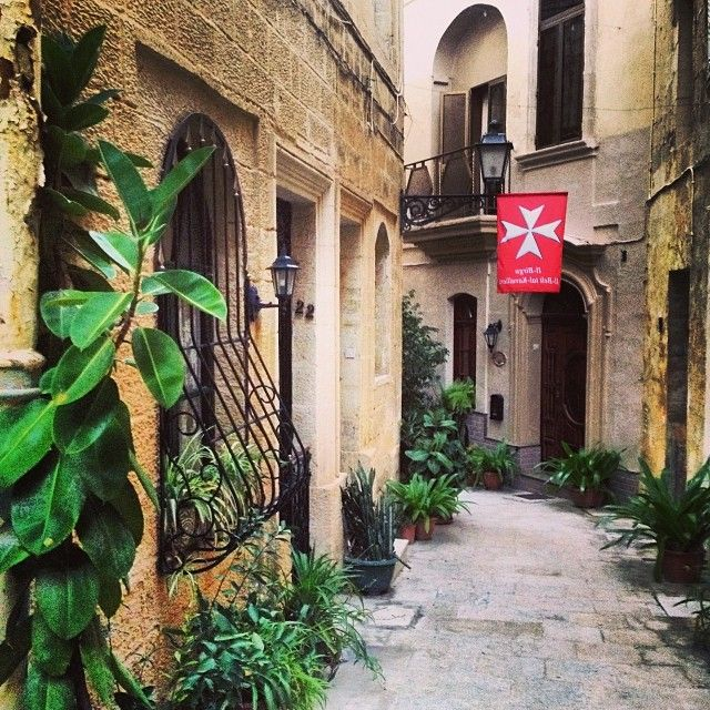 how to get from valletta to vittoriosa