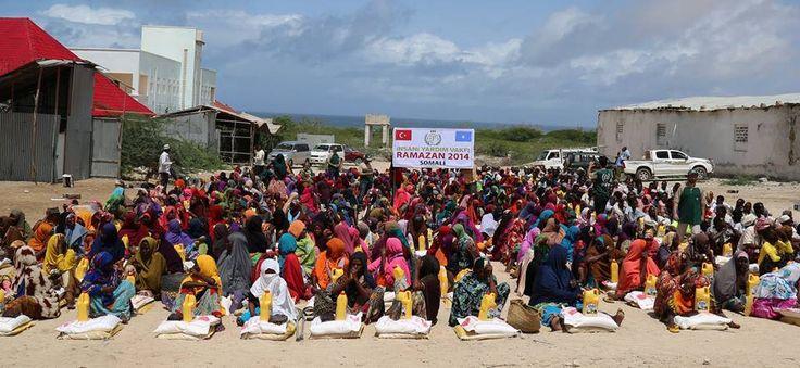 """İHH İnsani Yardım Vakfı """"Ramazanın Bereketi Yeryüzüne Yayılsın"""" temalı 2014 Ramazan çalışmalarına Sakarya İHH'dan katılan arkadaşımız Somali'de 1200 aileye kumanya dağıtımı, 110 yetime bayramlık elbise ve hediyelerin dağıtım faaliyetlerini gerçekleştirerek, ekip olarak bölgede bir takım ziyaretlerde bulundular."""