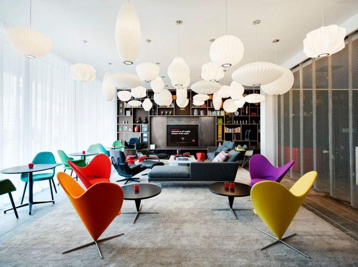 citizenM hotel, strefa relaksu, oryginalne dizajnerskie połączenia, nowoczesne, kolorowe krzesła, kolorowe dodatki wnętrzarskie
