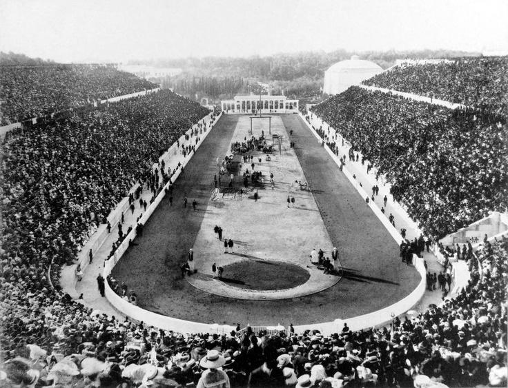 Αθήνα, 10-19 Απριλίου 1906, Αγώνες Μεσολυμπιάδας. (Τη στιγμή της φωτογράφισης διεξάγονται τα αγωνίσματα του Πλάγιου Ίππου στη Γυμναστική και του Άλματος Επί Κοντώ στον Στίβο, αγώνισμα στο οποίο πρώτευσε ο έλληνας Θεόδωρος Μακρής).