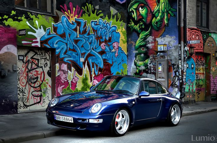 Amazingly cool #Porsche #993 #Targa parked in front of a contrasty wall full of #grafitti #coolcar #car #porschetarga