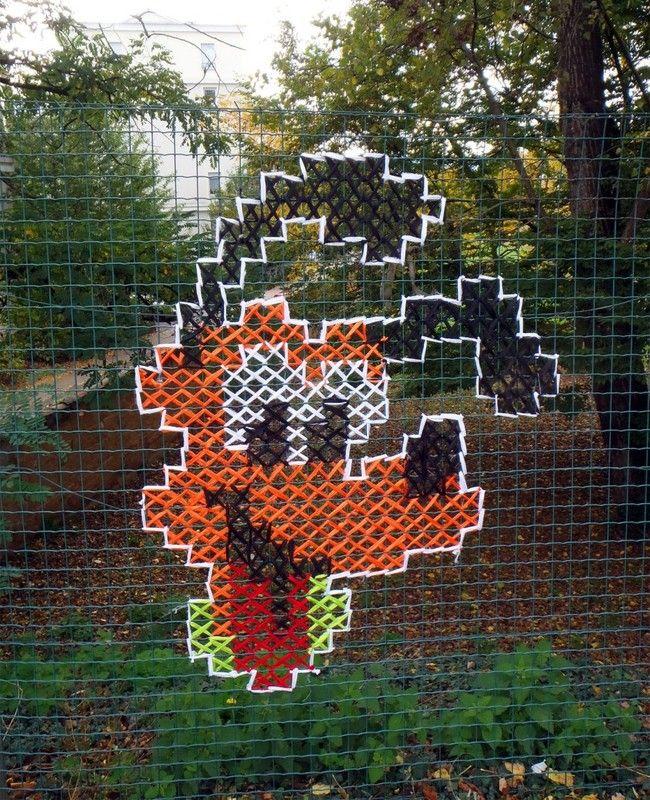 """Ranskalainen katutaidekaksikko Vanessa ja Stephane ovat keksineet hauskan tavan koristaa harmaita katuja. Heidän kehittelemänsä projekti """"Urban X Stitch"""""""