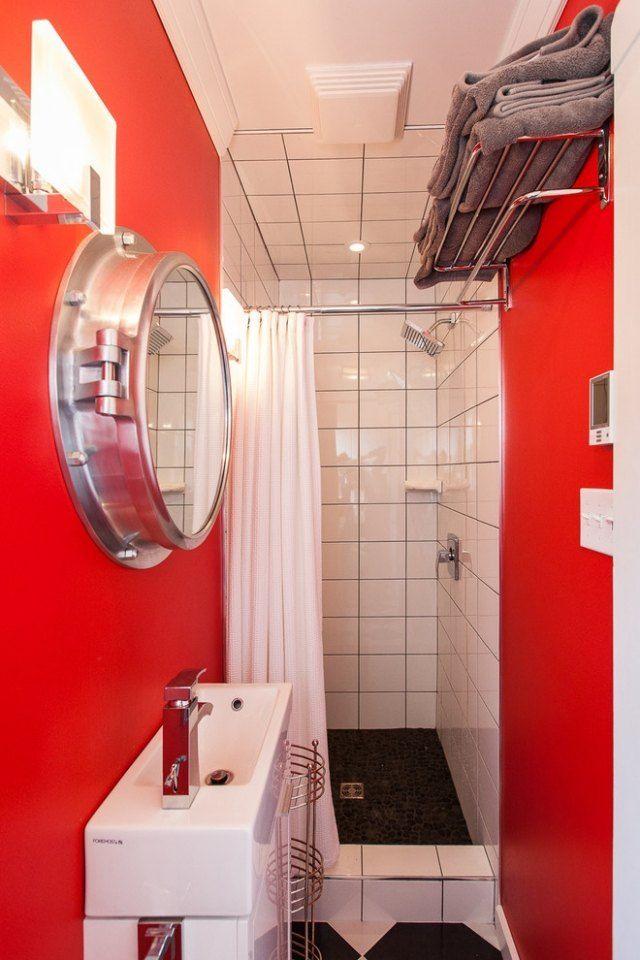 Mini-Bad im industrial chic-Stil einrichten-lebendige rote wände-Duschtrennwand
