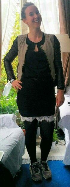 Zwarte rokjes te over, welk model te kiezen? Een aangesloten model zorgt dat Jeanne haar zandloper figuur mooi uitkomt. Lengte boven de knie accentueert haar lange benen. Het kanten onder rokje geeft vrouwelijk accent terwijl het bikerjack en sneakers het weer stoer maakt. Perfect outfit voor alle dag zo.