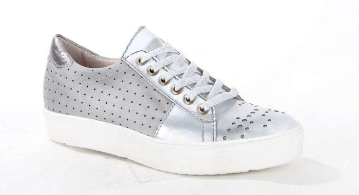 Zilveren damessneaker op een plateauzool van het merk MJUS. De sneaker is volledig vervaardigd uit leer en is voorzien van perforaties. Deze sneaker maakt iedere outfit af. #shoes #sneaker #silver #trendy #MJUS #platformsneaker #plateau #outfit #inspiration