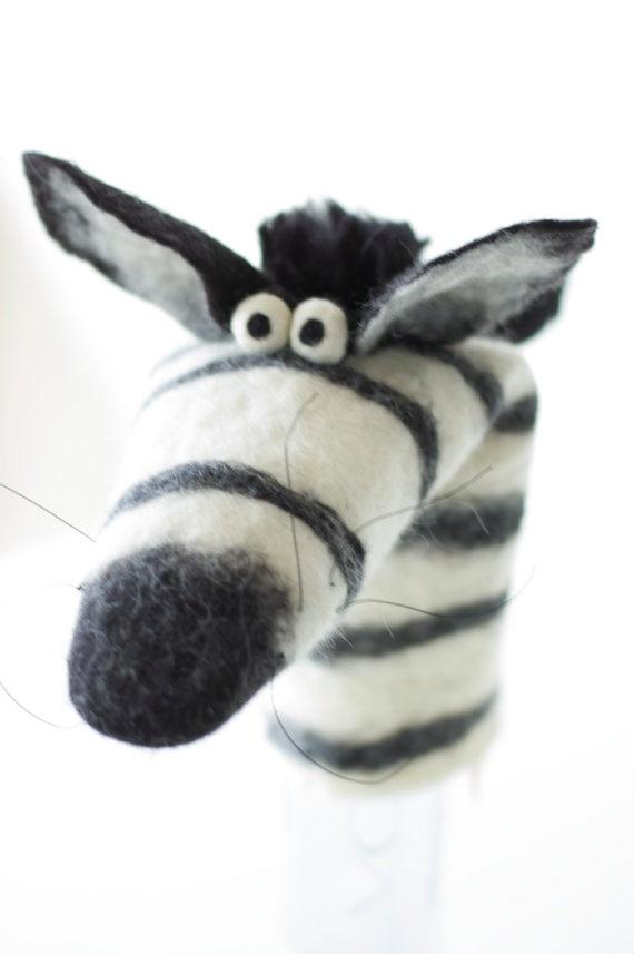 Handpop zebra handgevilt van Owiekiddie op Etsy, €39,50
