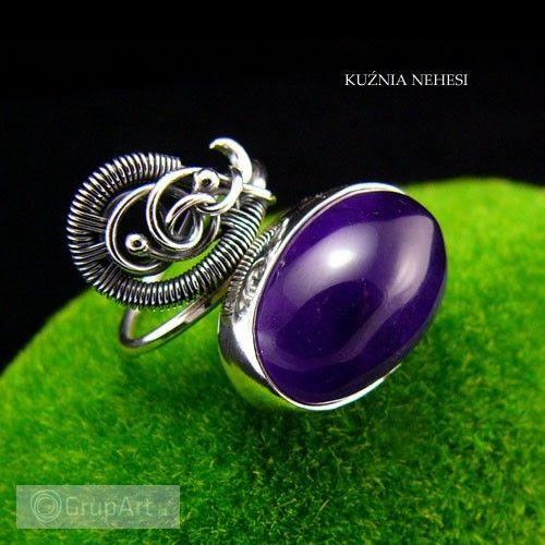Ekskluzywny srebrny pierścień z naturalnym Brazylijskim Ametystem w przepięknym purpurowym kolorze. Jest połączeniem dwóch technik wire wrapping oraz tradycyjnej techniki jubilerskiej. Wykonany od podstaw ręcznie w jednym egzemplarzu poprzez unikatowość kamienia. Całość srebro oksydowane mocno wypolerowane. Obrączka jest regulowana, można ją dopasować na każdy rozmiar. #bizuteria #pierscionki #grupart