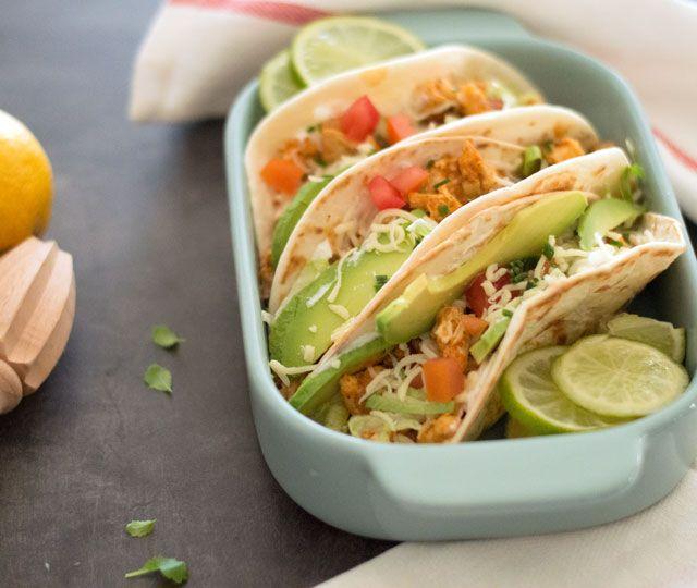 MAKKELIJKE wraps met kip, avocado, tomaat en sla. Een makkelijk recept voor waanzinnig lekkere, goed gevulde wraps. Binnen 45 minuten op tafel!