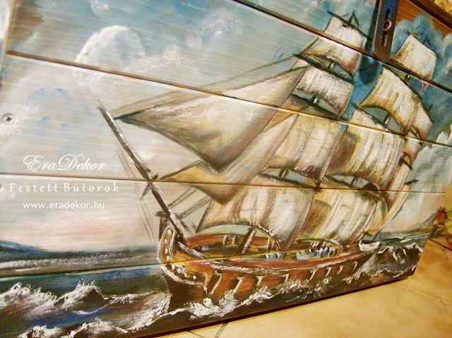 Vitorláshajó mintás, névre szóló festett játéktároló láda. Fotó azonosító: JATNORVIT05