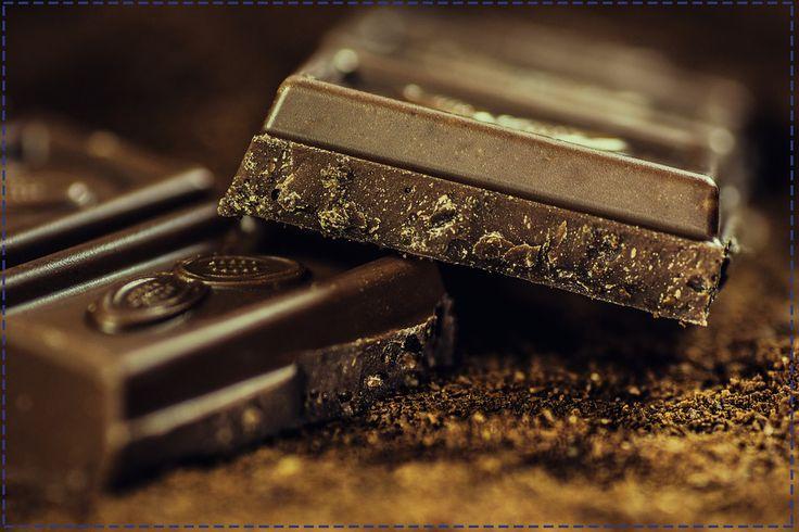 Dobra wiadomość dla miłośniczek słodkości. Gorzka czekolada zawiera flawonoidy, które jako naturalne antyoksydanty pomagają chronić skórę przed działaniem promieni UV.