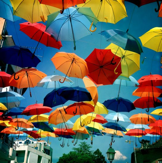 Pour voir des parapluies volants, il faut se rendre au Portugal. #Portugal