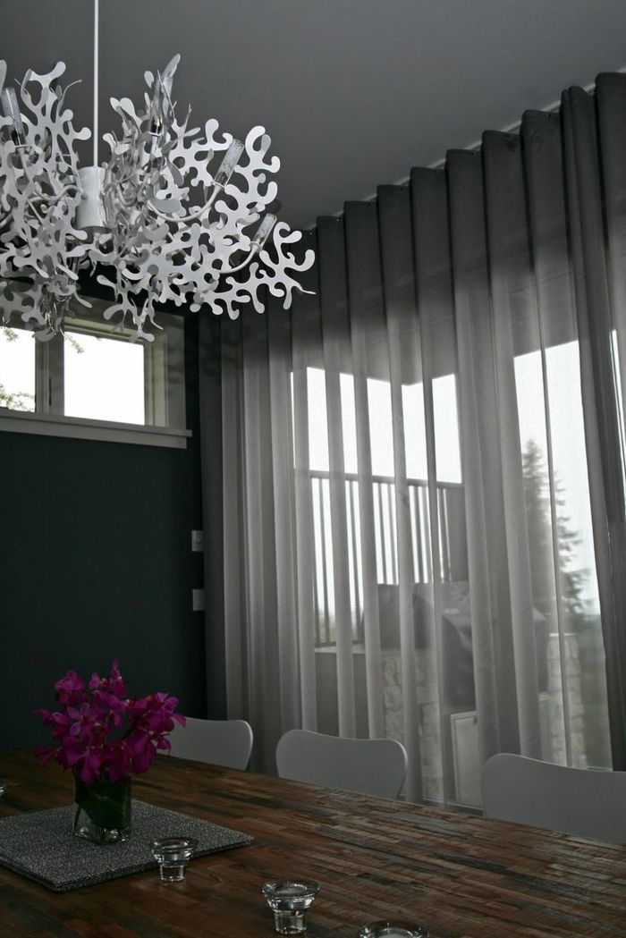 voilage gris dans la salle de séjour avec un lustre blanc