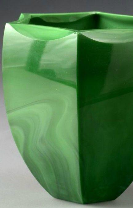 """VÁZA Čechy, Jablonec nad Nisou, firma Kurt Schlevogt, návrh Bruno Mauder, 30. léta 20. stol. Váza z umělecky lisovaného skla """"Jade"""", v těle hraněná do šesti faset. V. 13,5 cm."""