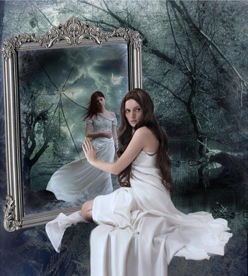 """""""E poi, arrivate a quarant'anni si è smarrita la strada, ci si guarda allo specchio e si vede riflessa un'estranea, la vita sfugge di mano giorno dopo giorno. E l'estranea ti chiede cosa vuoi ancora, è tardi per ritrovarti, è un cammino impervio, non ti porterà a niente. Non c'è più tempo, non c'è più voglia, non c'è più forza..""""  Estratto di: Mazzone Loredana, """"Scivolata su una buccia di banana"""" iBooks Su Amazon"""