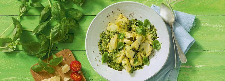 Dieses Pasta-Gericht ist ein raffinierter Klassiker: Tortellini mit Spinat-Ricotta-Füllung an Basilikum-Pesto bringen mit dem REWE Rezept Italien in Ihre Küche »