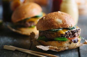 El auge del sector de la comida a domicilio no solo se limita a las capitales, cada vez son más los restaurantes de todo tipo de localidades que optan por ofrecer este servicio para incrementar sus ingresos.