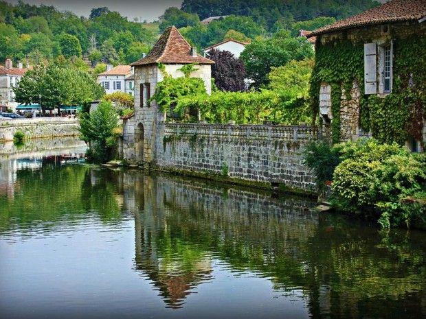 Le village de Brantôme, baigné par la Dronne, est surnommé «la Venise du Périgord» (Dordogne, Aquitaine).